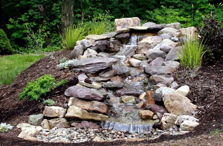 Cascate pietra giardino acqua come fare cascate in pietra for Build a simple backyard waterfall